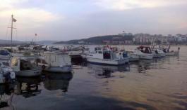 Balıkçı Barınağında Tekneler ve 18 Mart Tepesi