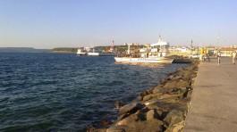 Gümrük İskelesinde Bekleyen Balıkçı Teknesi