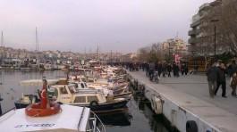 Balıkçı Tekneleri ve Sahilde Gezen Vatandaşlar