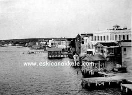 1917 Yılında Çanakkale Sahili. Sağ Başta Yer Alan Kısım Günümüzdeki Donanma Çay Bahçesi ile Şakir'in Yeri