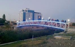 Sarıçay Üzerindeki Yeni Yaya Köprüsü ve Parion Hotel