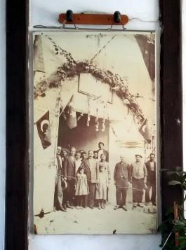 Yalı Hanı Girişinde Yer Alan Han İle İgili Tarihi Fotoğraf