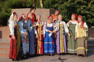 Rus Ekibinden Folklor Gösterisi