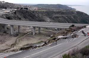Heyelan Çanakkale - İzmir Karayolunu Çökertti