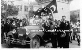 23 Nisan Törenine Katılan Öğrenciler 1933 Yılında Saat Kulesi Meydanında