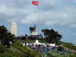 Her Yıl 25 Nisan'da Conkbayırı'nda Yer Alan Yeni Zelanda Anıtı'ndaki Törene Katılanlar