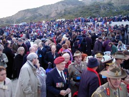 Anzak Koyu'nda 25 Nisan'da Düzenlenen Törene Katılanlar
