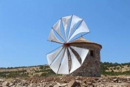 Bozcaada'da Yeniden Yapılan Yel Değirmenlerinden Bir Görünüm