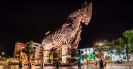 Çanakkale Kordon Boyundaki Ünlü Troy Atı'nın Gece Görüntüsü