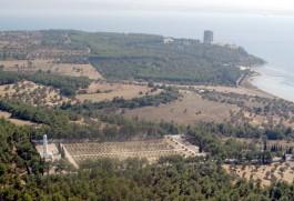 Gelibolu Yarımadası'ndaki Fransız Anıtı ve Karşı Kesimde Şehitler Abidesi