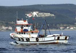 Dur Yolcu Yazısı ve Balıkçı Teknesi