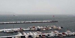 Kış Mevsiminde Yat Limanı Girişindeki Balıkçı Teknelerinin Görünümü