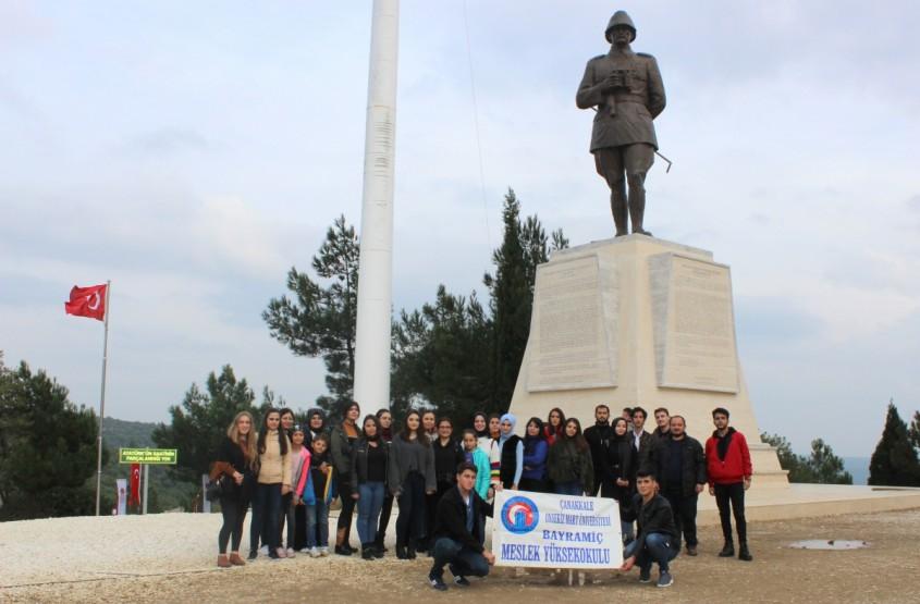 ÇOMÜ 1. Sınıf Öğrencileri Şehitlikleri Ziyaret Etti
