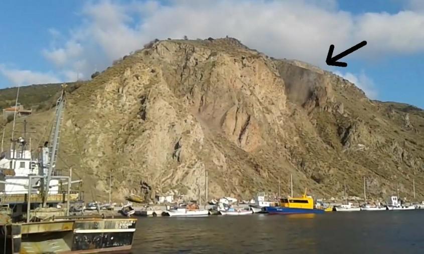 Ayvacık'taki 5,3'lük Depremde Dağ Yarıldı!